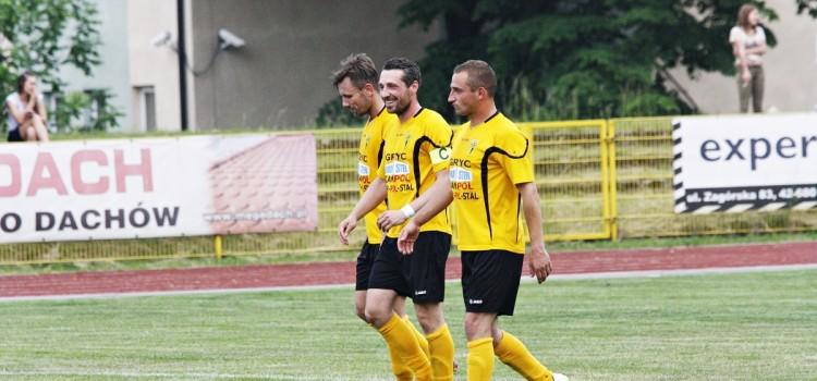 Adam Krzęciesa (w środku) w asyście piłkarzy Gwarka - Sławomira Pacha (z lewej) oraz Bartosza Polisa (z prawej).