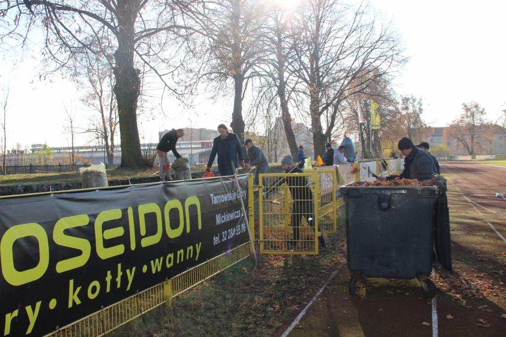 Jesienna akcja sprzątania stadionu Gwarka [GALERIA]
